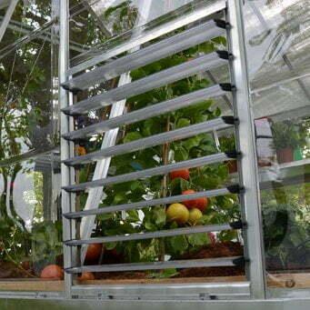 חלון תריס עם מסגרת אלומיניום לסיוע באיוורור החממה.